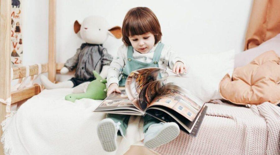 dziecko czytające w języku obcym